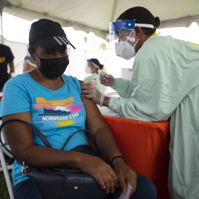 La FDA autoriza refuerzos de Moderna y J&J y mezclar las vacunas contra el covid-19