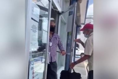 Captan en vídeo momento en que niegan servicio a anciano en oficina de AEE