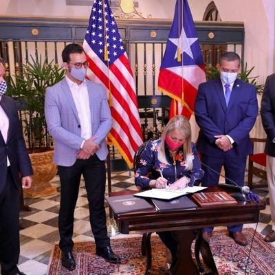 Gobernadora firma medidas que benefician a población correccional