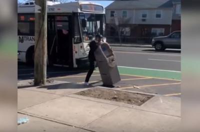 Roba cajero automático e intenta llevarlo en guagua pública a su casa
