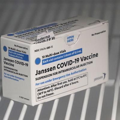 """Los CDC y la FDA recomiendan """"pausa"""" en uso de vacuna de Johnson & Johnson"""
