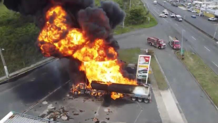 Fuego en gasolinera en Canóvanas