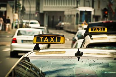 Padres salen de hospital y olvidan a recién nacido en taxi