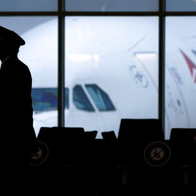 Una influencer arremete contra la aerolínea Delta por no tener cinturones más largos