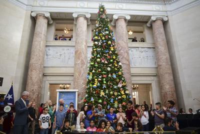 Reyes Magos reparten juguetes en El Capitolio
