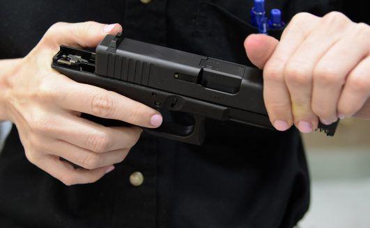 Hombre se dispara con su arma al limpiarla
