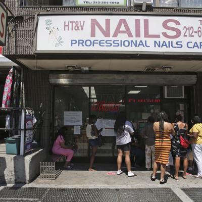 Nueva York reabre salones de manicura y parques para perros