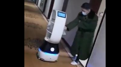 Robot se encarga de llevar comida a personas en cuarentena por coronavirus