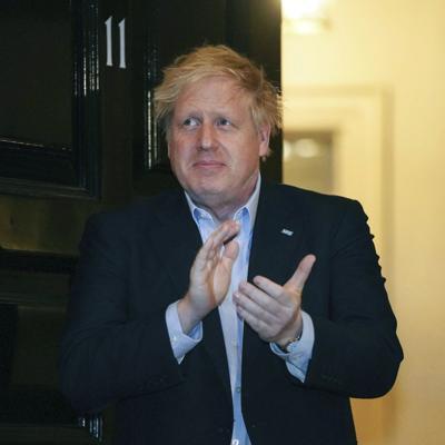 Boris Johnson mejora luego de tres días en intensivo