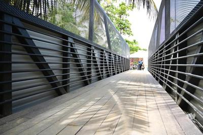 Inauguran un puente peatonal para mejorar el acceso al balneario de Luquillo