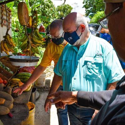Pierluisi y Johnny Méndez se reúnen con agricultores