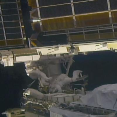 Astronautas cambian los paneles solares de la estación espacial