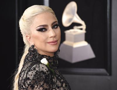 0f8399e22 Gaga y Cyrus llevan rosas blancas a los Grammy | Escenario ...