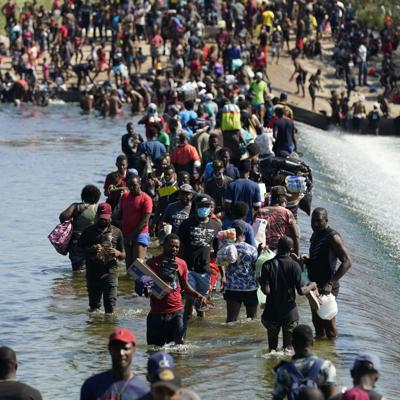 Miles de migrantes haitianos acampan bajo un puente en una ciudad fronteriza en Texas