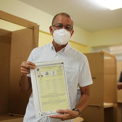 Alcalde de Toa Baja ejerce su derecho al voto