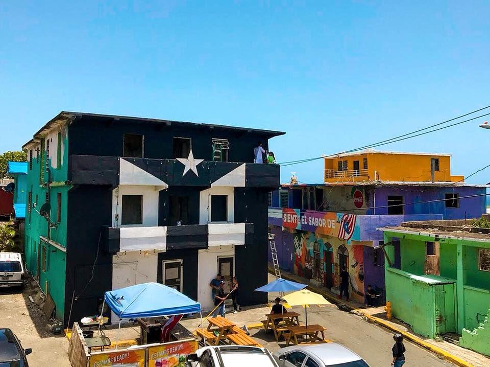 Pintan de negro bandera en La Perla para apoyar protestas