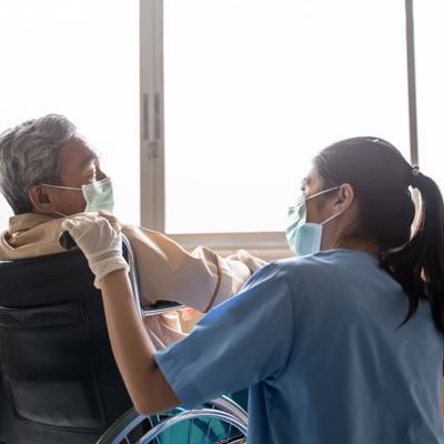"""Departamento de Salud: """"Hay brotes activos de covid-19 en 26 centros de ancianos"""""""