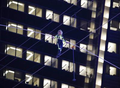 Hermanos Wallendas atraviesan Times Square en cuerda floja
