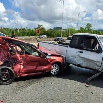 En condición grave un conductor que provocó un choque entre cinco vehículos en Bayamón