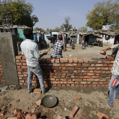 India construye muro en barrio antes de visita de Trump