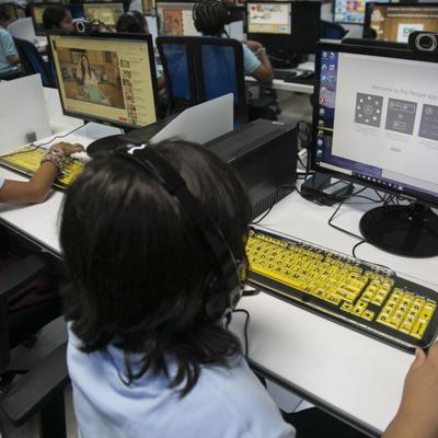 Estudiantes reciben orientación sobre el cyberbullying