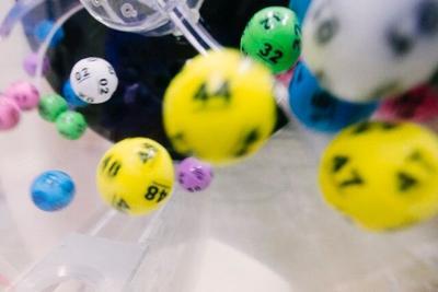 Le regalan boleto de lotería y se vuelve millonaria