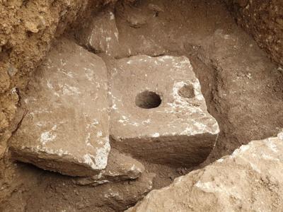Hallan un inodoro de piedra caliza de hace más de 2,700 años