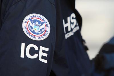 Agentes del ICE balean a hombre al intentar detener a otro