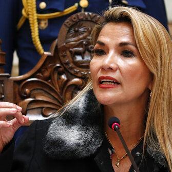 Presidenta de Bolivia destituye a ministro por frase racista