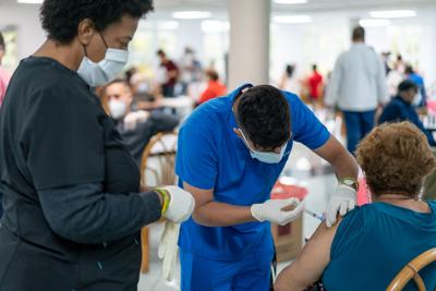 Futuros enfermeros ayudan en la inoculación de miles de puertorriqueños