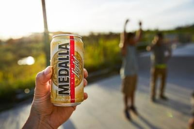 La cerveza Medalla Light amplía su presencia en Estados Unidos