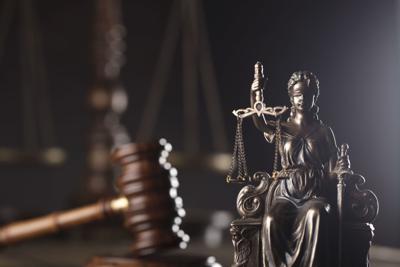 Presentan cargos contra un hombre por fraude y apropiación ilegal