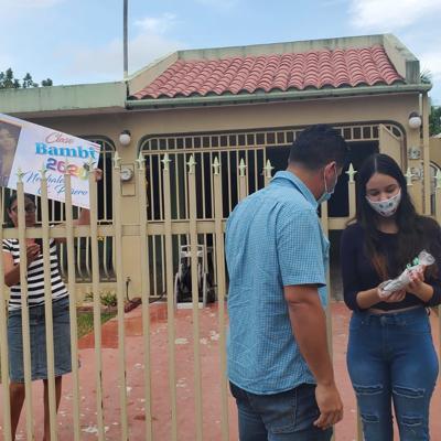Graduandos de Ceiba reciben sorpresa en sus casas
