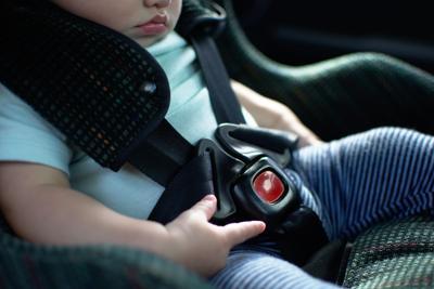 "Niño en ""car seat"""