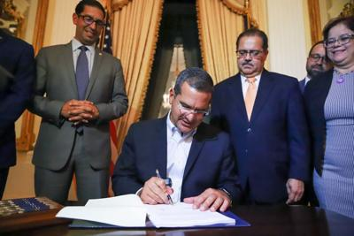 El gobernador estampa su firma a la controversial medida sobre el Plan de Ajuste de Deuda