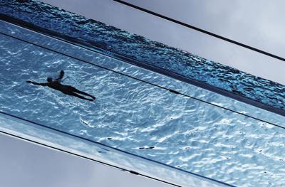 Cómo se construyó la Sky Pool, la primera piscina transparente y suspendida en el cielo del mundo