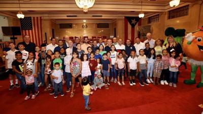 Niños visitan El Capitolio para entrega de juguetes
