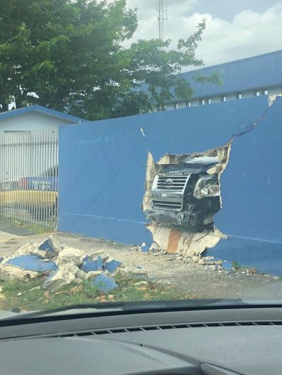 Agente choca contra pared de cuartel en Arecibo