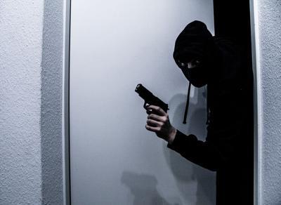 Mujer se defiende de asalto arrancándole dedo a ladrón