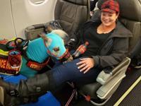 Mujer viaja en primera clase con un pony