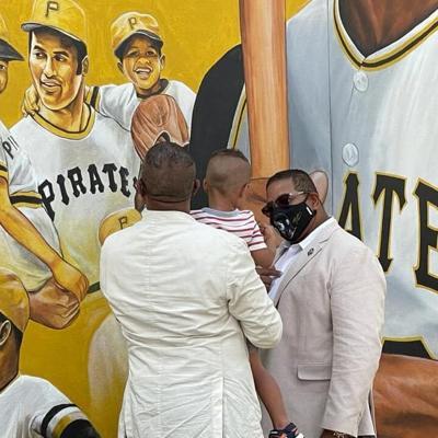 Hijos de Roberto Clemente visitan escuela que le rindió honor en Orlando