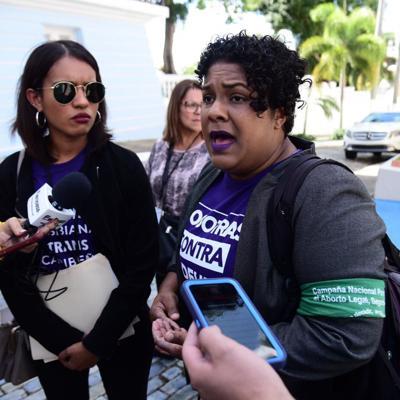 Llegan los grupos feministas a reunirse con Vázquez