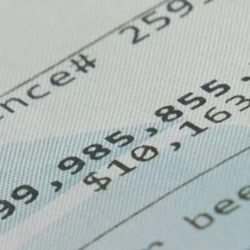 Una mujer va al banco a retirar $20 y su cuenta reflejó $1 billón