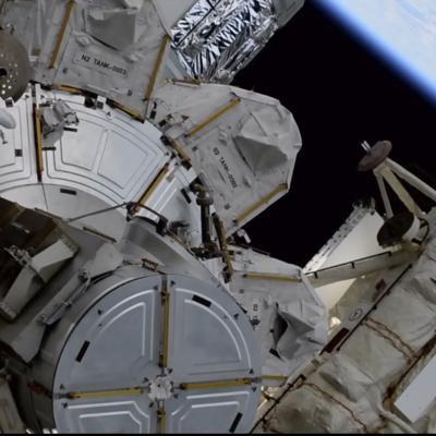 Astronautas flotan fuera de la Estación Espacial Internacional