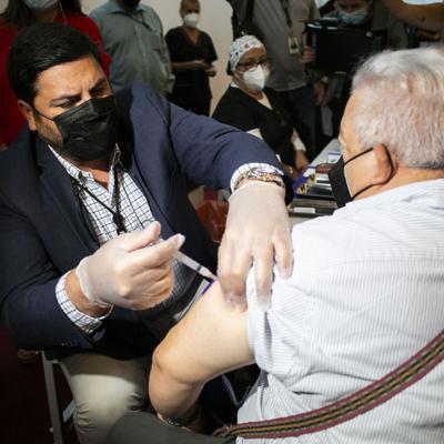 Más de 2,000 personas completamente vacunadas contra el covid-19 se han contagiado y la tasa de positividad aumenta a 6.9%