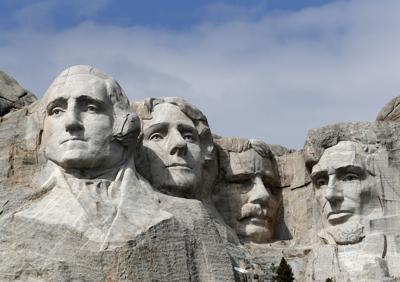 Trump encabeza acto masivo en Rushmore