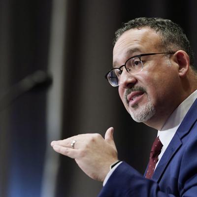 El secretario de Educación de Estados Unidos, Miguel Cardona, visitará la Isla