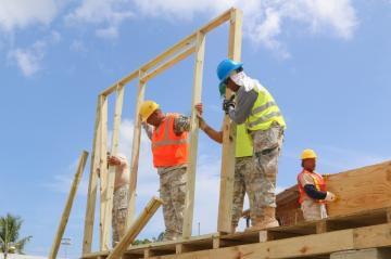 Guardia Nacional apoya construcción de residencias en Cataño