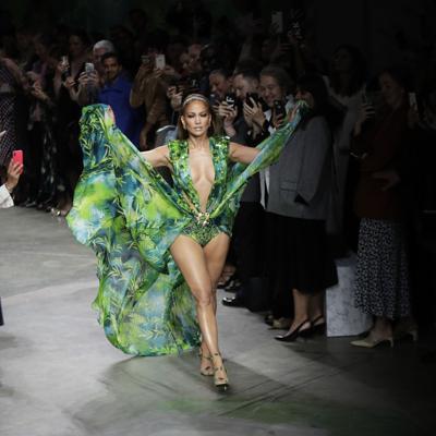 J.Lo impresiona en Versace como hace 20 años