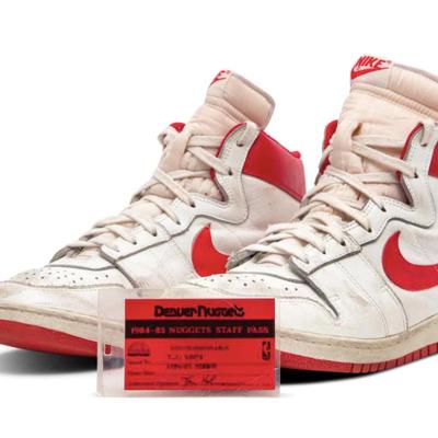 Subastan en casi $1.5 millones unos tenis de Michael Jordan
